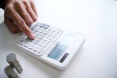 Бухгалтер проверяет деньги дела и сбережений штабелируя золото co Стоковые Фото