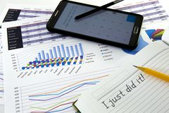 Бухгалтер проверяет точность финансовых отчетов резервирований стоковые изображения rf