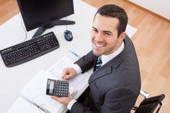 Бухгалтер работая на офисе Стоковое Фото