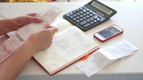 Бухгалтер понимает учет, добавляет вверх заказ учета, используя калькулятор и тетрадь 4K сток-видео