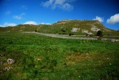Бухта Malham в национальном парке участков земли Йоркшира Стоковые Изображения