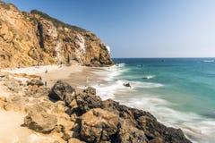 Бухта Malibu Dume, пляж Zuma, изумруд и открытое море в довольно пляже рая окруженном скалами Бухта Dume, Malibu, Калифорния Стоковые Фото