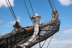Бушприт и кливер гремят с reefed ветрилами на смычке исторического стоковые фотографии rf