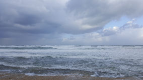 Бушуйте, ветреная погода на береге моря Средиземного моря, Хайфы, Израиля Стоковые Фото