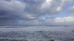 Бушуйте, ветреная погода на береге моря Средиземного моря, Хайфы, Израиля Стоковые Фотографии RF