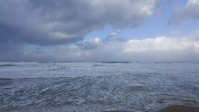 Бушуйте, ветреная погода на береге моря Средиземного моря, Хайфы, Израиля Стоковая Фотография RF