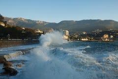 Бушуйте на улице моря и обваловки города Ялты в Крыме в утре на 24 10 2016 Большие волны и мытье приливов Стоковое Изображение
