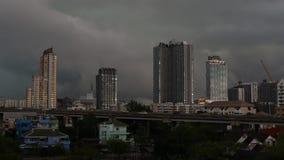 Бушуйте приходящ к residencial здания в Бангкоке во время сезона дождей, timelapse движения сток-видео