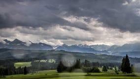 Бушуйте с дождем над горами в лете, Польшей Tatra сток-видео