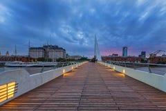 БУЭНОС-АЙРЕС, АРГЕНТИНА - 12-ОЕ АПРЕЛЯ 2017: Мост ` s женщин на ноче Стоковые Фотографии RF