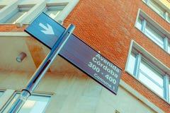 БУЭНОС-АЙРЕС, АРГЕНТИНА - 2-ОЕ МАЯ 2016: знак улицы cordoba avenida расположенный в угле под старинным зданием Стоковые Изображения