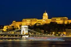 Будапешт к ноча - взгляд моста Szechenyi цепного, то ночи spans река Дунай между Buda и бичем и замком Buda Стоковое Изображение
