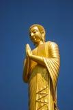 Будда в золоте и голубом небе. Стоковые Изображения