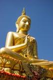 Будда в золоте и голубом небе. Стоковые Изображения RF
