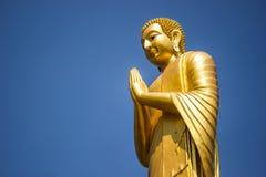 Будда в золоте и голубом небе. Стоковые Фото