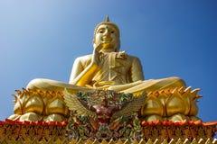 Будда в золоте и голубом небе. Стоковая Фотография RF