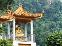 Будда в павильоне на холме Стоковая Фотография