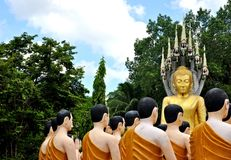 Будда и статуя монахов на Wat Chak Yai, Chanthaburi, Таиланде Стоковая Фотография