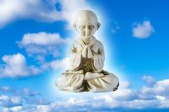 Будда на предпосылке облака стоковое изображение rf