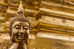 Будда перед золотым Stupa в Чиангмае, Таиланде Стоковые Фото