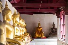 Будда размышляя под крышей стоковая фотография