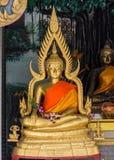 Будда сидит в тайском виске стоковая фотография rf