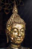 Будда смотрит на Стоковые Фотографии RF