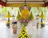 Будда среди цветков стоковые фотографии rf