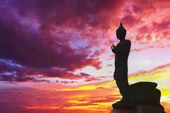 Будда стоя за берега реки моря взгляда плана рая предпосылки захода солнца рассветом Sunl туризма краснокоричневого оранжевого го Стоковое фото RF