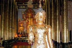 Будда с золотом выскабливает в Чиангмае, Таиланде стоковое фото rf