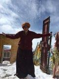 Буддийская монашка в снеге стоковые изображения rf