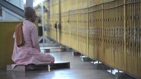 Буддийская монашка молит в виске видеоматериал
