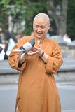 Буддийская монашка с голубем Стоковое фото RF