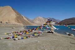 Буддийская молитва сигнализирует на озере Pangong в Ladakh, Индии стоковые фото