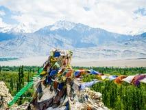 Буддийская молитва сигнализирует с голубым небом и горой на предпосылке Стоковая Фотография RF