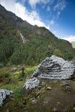Буддийская молитва mani огораживает путь к базовому лагерю Эвереста стоковая фотография rf