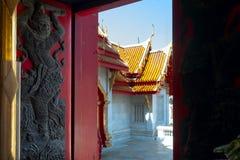 Буддийская скульптура на окнах Стоковое Изображение RF