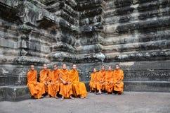Буддийские монахи в рыжеватых желтых робах Стоковое фото RF