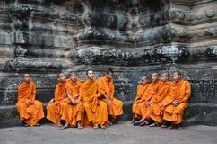 Буддийские монахи в рыжеватых желтых робах Стоковое Изображение