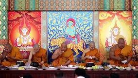 Буддийские монахи едят в монастыре сток-видео