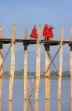 Буддийские монахи идя на мост u Bein, Amarapura, Мьянму Стоковое Изображение
