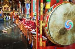 Буддийские монахи на церемонии в виске стоковое изображение