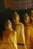 Буддийские монахи с topknots Стоковая Фотография RF