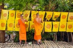 Буддийские монахи украсили флагами с религиозными символами весь район вне монастыря Стоковые Фото