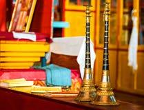 Буддийские рожки молитве внутри монастыря стоковое изображение rf
