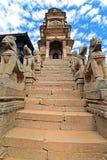 Буддийские статуи животных защищая висок в Bhaktapur, Непале Стоковое Изображение