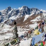 Буддийские флаги молитве на пирамидах из камней горы дальше Стоковая Фотография RF
