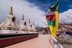 Буддийские stupas и флаги молитве Стоковая Фотография