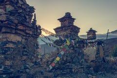 Буддийские stupas соединенные с моля флагами Стоковая Фотография RF
