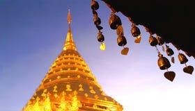 Буддийский латунный колокол на крыше тайского виска с нежностью запачкал золотое stupa, Wat Phra которое Doi Suthep, Чиангмай, Та стоковые фото